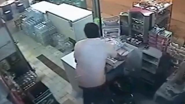 Dono de loja escapa milagrosamente de ser esmagado por carro