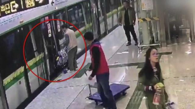 Homem usa carrinho com bebê dentro para segurar porta de metrô