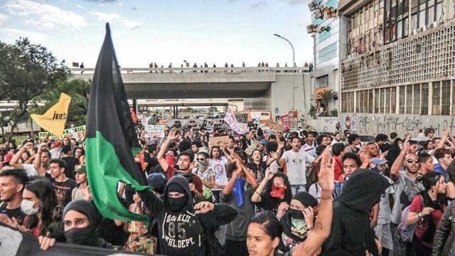 Jovens protestam contra reajuste de transporte público no DF