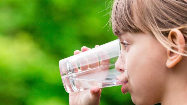 Qual a quantidade de água que bebês e crianças devem ingerir?