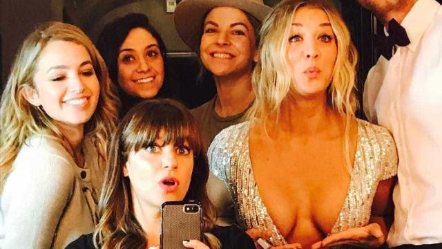 Kaley Cuoco exibe os seus 'Globos de Ouro' nas redes sociais