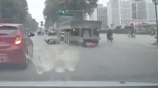 Caminhão com 24 rodas passa  por cima de mulher... e ela sobrevive!