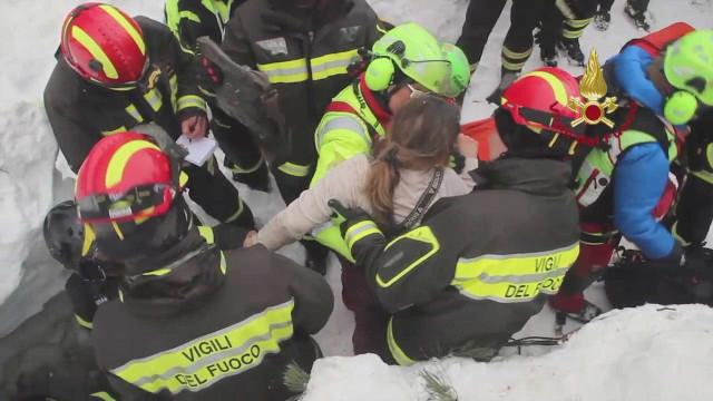Itália vive dia de emoção com resgates em hotel soterrado