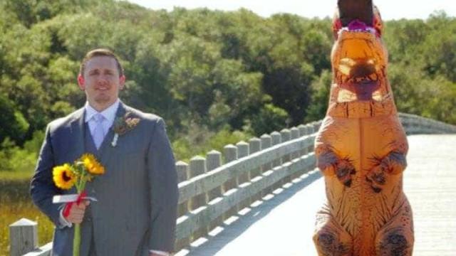 Noiva se veste de dinossauro e surpreende marido em casamento
