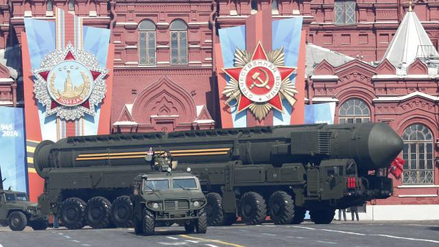 Rússia começa exercícios com sistemas de mísseis Topol