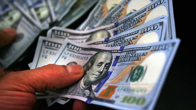 Brasileiros recebem US$ 1.200 do governo Trump contra perda de renda