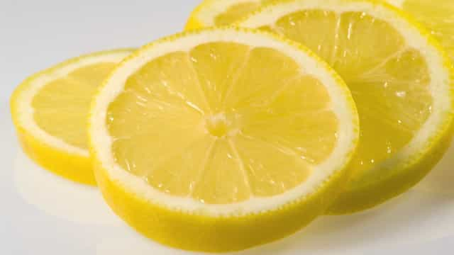 O truque secreto para conseguir tirar mais suco ao espremer o limão
