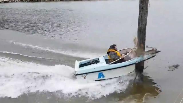 Lancha em alta velocidade se choca em poste no meio do rio