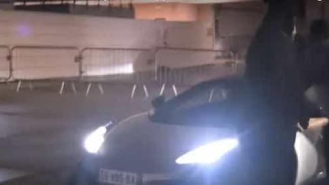 Jogador brasileiro acerta carro em torcedor  que protestava contra PSG