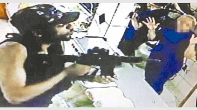 Criminosos do Rio usam fuzil para  roubar barraca de cachorro-quente