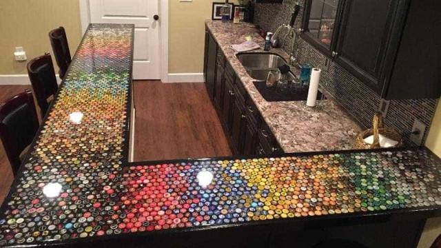 """Homem coleciona 2,5 mil tampinhas em 5 anos e faz """"mesa cervejeira"""""""