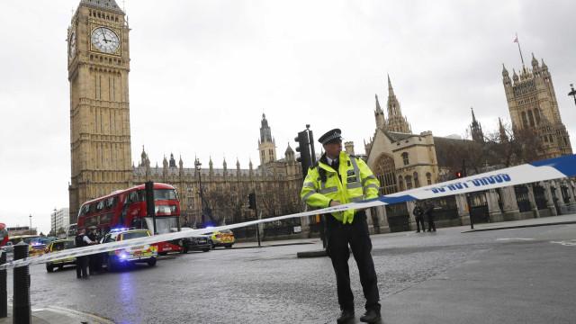 Parlamento Britânico é fechado após troca de tiros