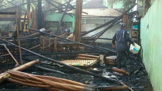 Incêndio de grandes proporções atinge hotel na Bahia