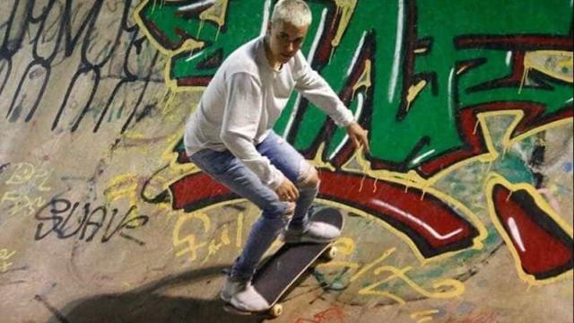 Bieber ignora festa com famosos e anda de skate no aterro do flamengo