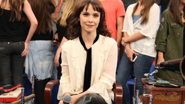Débora Falabella diz ser emocionante mostrar a TV da época de seu pai em 'Nada Será Como Antes'