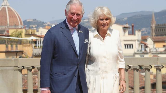 Príncipe Charles e Camilla desativam respostas no Twitter após reações a 'The Crown'