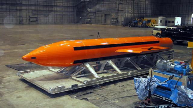 EUA atacam Afeganistão  com a 'mãe de todas as bombas'