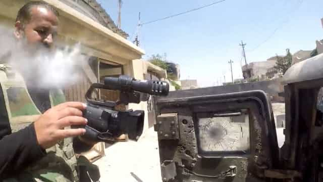 Milagre! Sniper atira em repórter que é salvo pela câmera