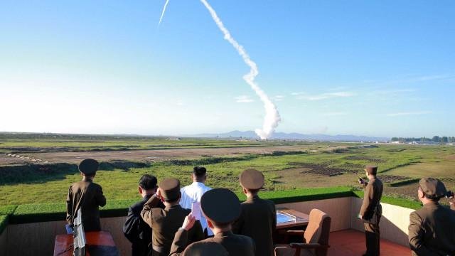 Coreia do Norte volta a lançar mísseis