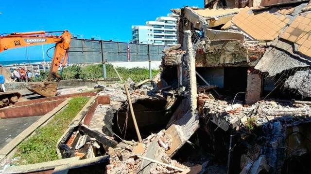 Prédio com risco de desabar é demolido em Salvador