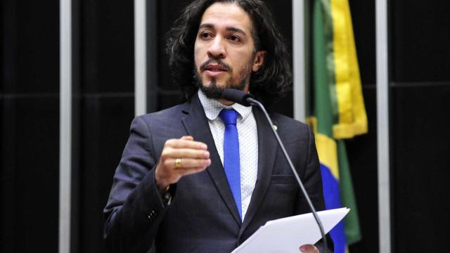Com medo de ser morto, Jean Wyllys desiste de mandato e deixa o Brasil