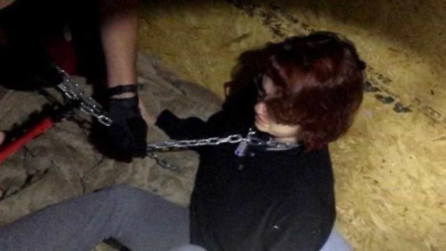 Polícia libera imagens chocantes de  mulher mantida acorrentada