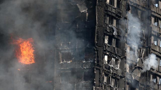 Londres: bebê é atirado pela  janela de prédio em chamas