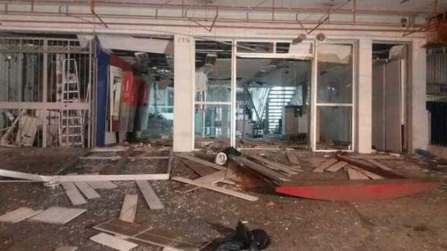 Agência de banco no Rio  fica destruída após bombas