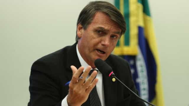 Após falar de câncer de pele, Bolsonaro acusa imprensa de fake news