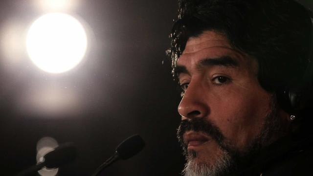 Oposto de Messi, Maradona encarnou plebeu insolente, diz cientista político