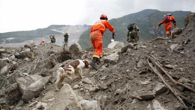 Deslizamentos de terra matam pelo menos 13 pessoas no Vietnã