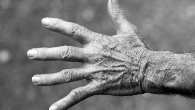 Idoso de 65 anos é flagrado de cueca com gêmeas de 11