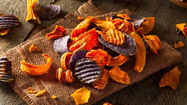 Como fazer chips saudáveis de legumes
