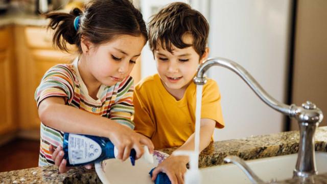 É seguro lavar as mãos com detergente para a louça?
