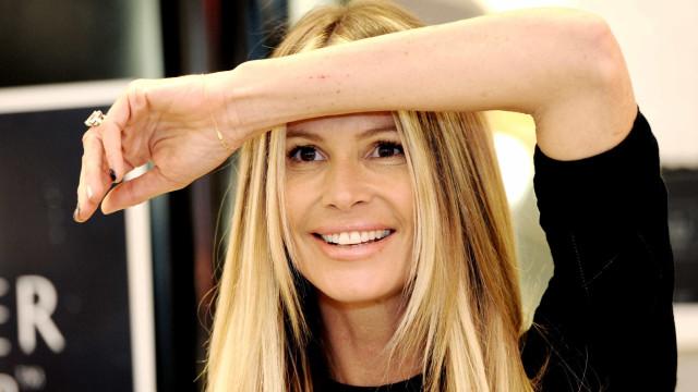 Aos 54 anos, Elle Macpherson arrasa em fotos ao lado dos filhos