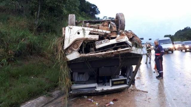 Micro-ônibus que levava pacientes tomba e deixa ao menos 11 feridos