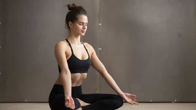 Saiba quais as posições que você deve apostar ao fazer Yoga em casa