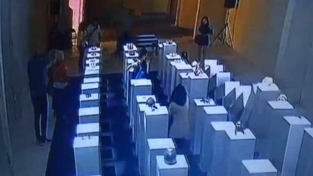 'Selfie' desastrada acaba em prejuízo de US$ 200 mil em galeria de arte
