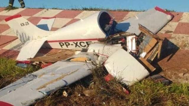 Avião cai em aeroclube de MG e piloto de 72 anos sobrevive à queda