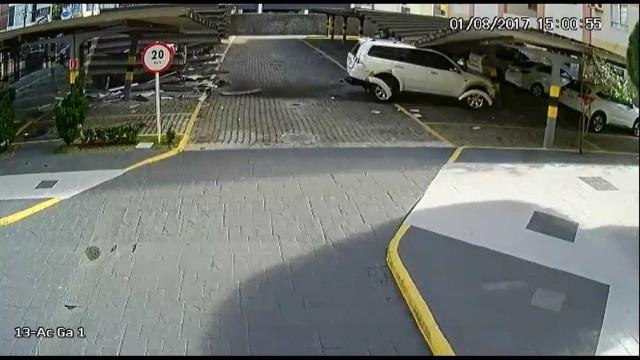 Jovem destrói estacionamento tentando manobrar carro