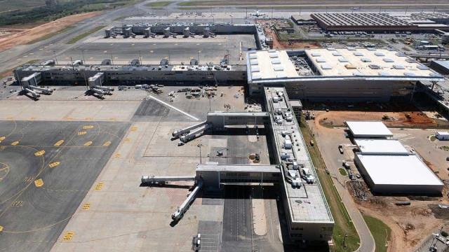 Grupo invade pista e rouba carga no aeroporto de Viracopos, em SP