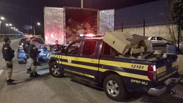 PRF resgata caminhoneiro  mantido refém por criminosos no Rio