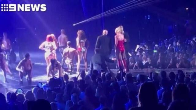 Britney Spears é retirada de show em Vegas após homem invadir palco