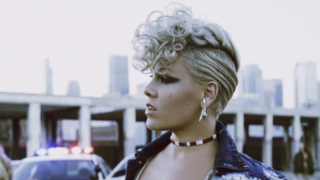 Homenageada do próximo VMA, Pink lança clipe de 'What About Us'