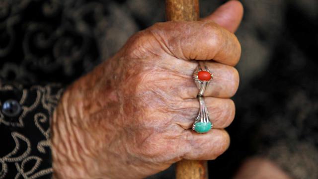 Polícia encontra idosa mantida em cárcere privado por 20 anos