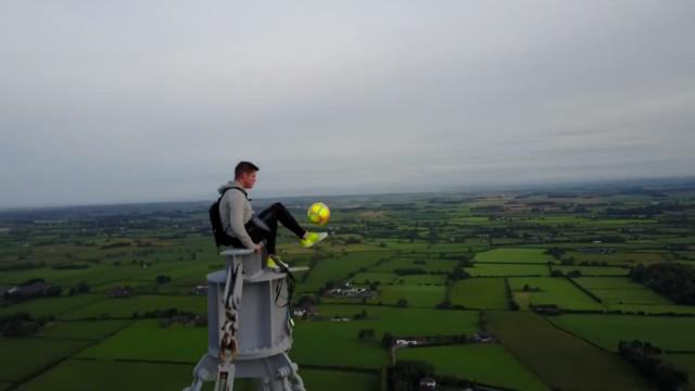 Jovem faz embaixadinhas a mais de 180 metros de altura