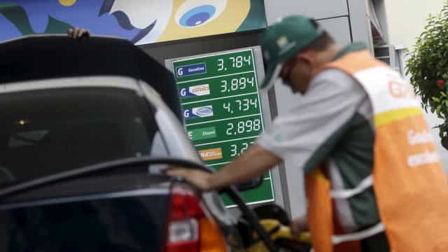 Após semana com preço estável, Petrobras volta a baixar gasolina