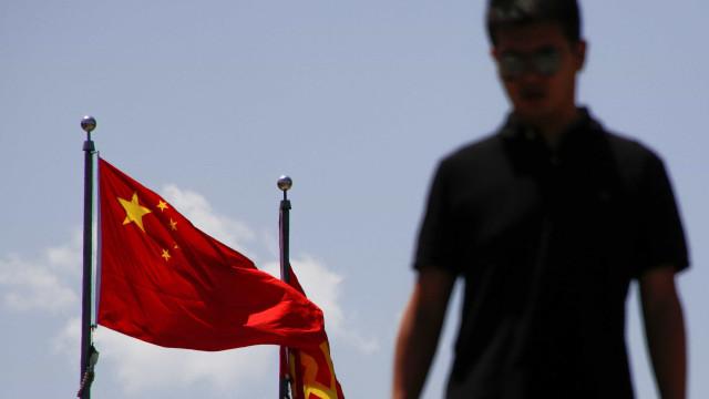 Mulher é encontrada viva após ser enterrada pelo filho na China