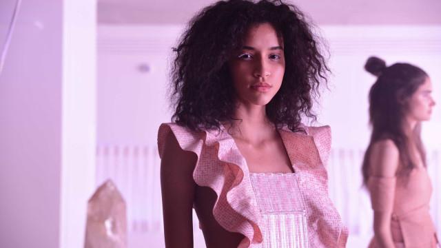 Cílios tingidos são destaque das modelos da grife Paula Raia