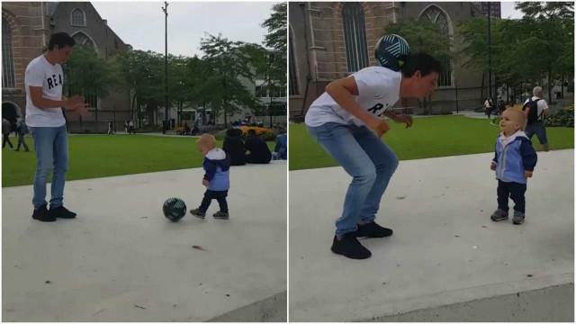 Jogador de futebol freestyle diverte-se com bebê